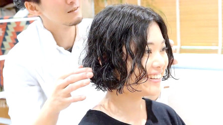 长发妹子嫌烫过的卷发老气,到理发店果断剪短,完全大不同