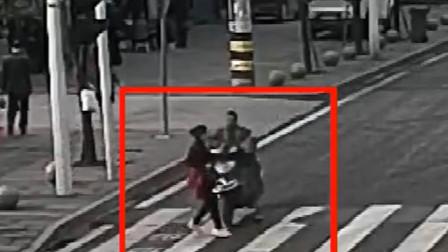 【重庆】电动车抢黄灯冲过路口 将过斑马线女子撞飞