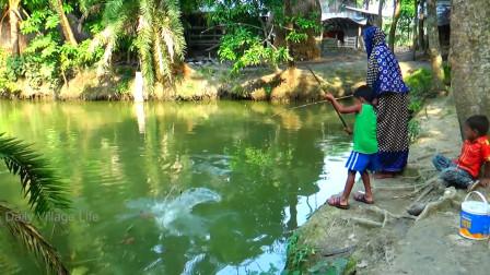 农村小男孩水塘边钓鱼,大鱼疯狂咬钩,看看他是怎么做的,牛了