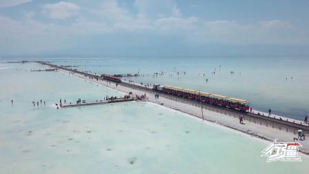 火车在湖面上行驶?中国的天空之境茶卡盐湖,童话世界里的情景