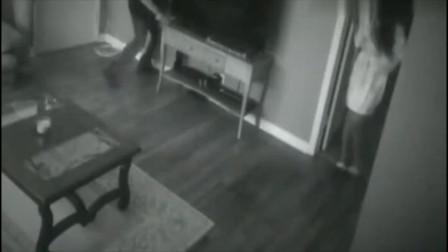 女孩听见客厅异响,要不是监控,根本不知道发生了什么