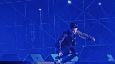 薛之谦演唱会摔倒跌落舞台,敬业忍痛继续演出