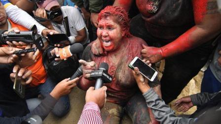 玻利维亚一女镇长遭抗议者围攻:被剪发、泼红漆
