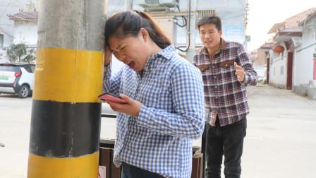 女友走路玩手机,男友大喊'小心杆',谁知女友误会了