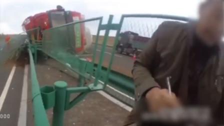 货车司机高速路上吃口梨 咬太多被呛晕翻车失控撞护栏