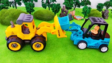 工程车玩具准备好了 一起助力它们合体吧