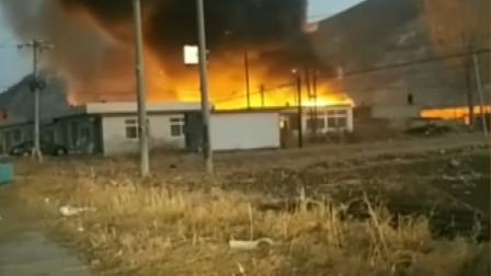 葫芦岛一农房突发火灾,现场浓烟滚滚,消防员已赶到现场救火