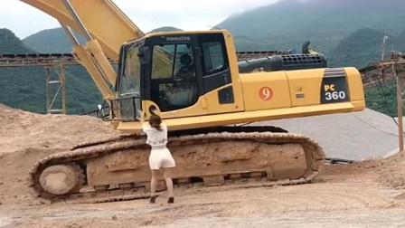 美女穿着高跟鞋开挖掘机,网友:这个妹子的路子有点野!