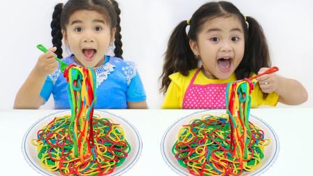 太棒了!萌宝小萝莉们吃的面条为何都是五颜六色的?趣味玩具故事