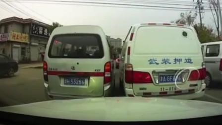 暴躁司机开车较劲,天津一运钞车疑路怒,多次踩急刹强别面包车