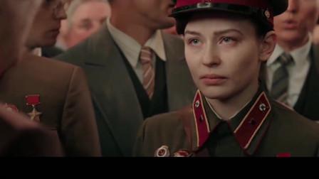 领导来会见英雄,没想到女孩淡定的说-击杀309个敌人!