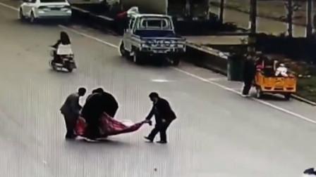 亳州:惊呆! 不满赔偿 家属将伤者抬回马路