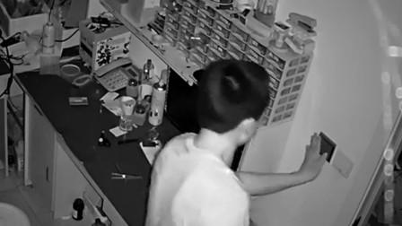 """【重庆】男子进店盗窃嫌""""太黑"""" 开灯盗窃被监控清晰拍下"""