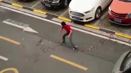 一男子路边借风取势,下一秒却来了一辆面包车,监控记下这搞笑画面