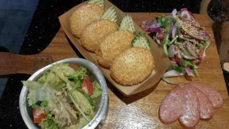 菜市场感觉的烤肉店,自制DIY烤肉汉堡,吃起来幸福感爆棚