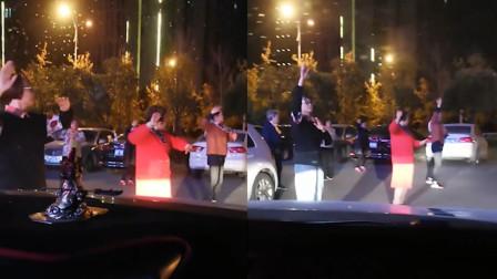 大妈占用停车场公共道路跳舞 无视等候通过车辆