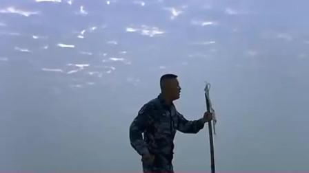 火蓝刀锋: 蒋小鱼太逗了, 一个人和一根棍子杠上了
