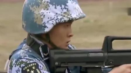 《火蓝刀锋》蒋小鱼在首长面前大显身手,子弹用完迅速一击飞刀