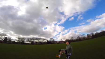 老外给足球充上氦气,一脚能踢几百米,足球轨迹根本猜不透