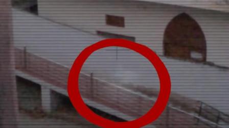 实拍灵异事件,原来鬼影也喜欢滑楼梯扶手