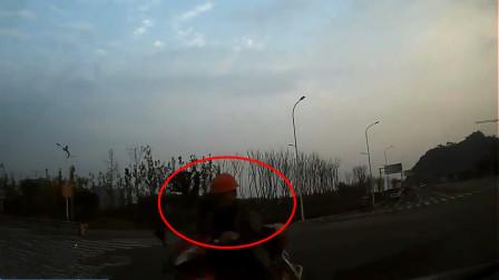 【重庆】男子驾电动车撞车受轻伤 行车记录仪还原事发瞬间