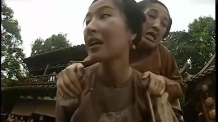 苗翠花:苗翠花背奶妈过独木桥,扛包工人却故意拦着,下秒悲剧了