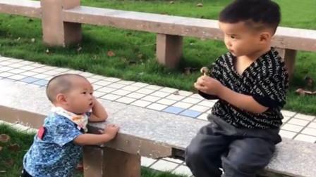 萌宝看见人家小哥哥在吃棒棒糖,接下来萌宝的举动,笑翻了众人