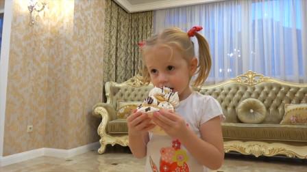 萌娃小萝莉得到了好多美味的小蛋糕,她能吃的完吗?