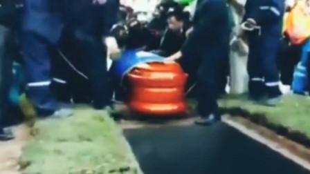 男子下葬棺材掉进墓穴 遗体摔出来尖叫一片