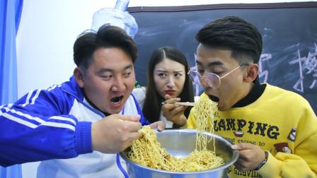 学生请老师喝巨无霸水,等老师喝饱后,学生却拿出咖喱面