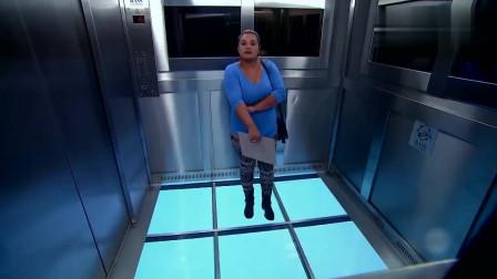 恶搞我只服巴西!电梯地板突然全掉了,路人吓到尖叫