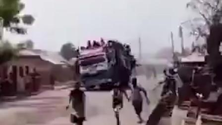 严重超载一车挤到爆!太大胆还是太穷?这是哪个国家?