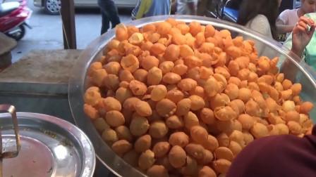 印度街头非常火的小吃,酥酥球灌恒河水