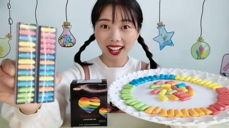 """妹子开箱吃""""彩虹口香糖"""",七彩绚丽包装精致,清新果味越嚼越香"""