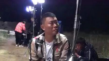 四平青年:李老八刚拍完戏坐下歇歇,演员的背后才是最辛苦的!