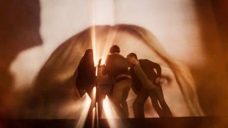 影院发生火灾,一群青年割开幕布逃走,没想到进入到异世界