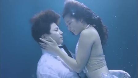 人鱼公主爱上了帅气小伙,怎料小伙意外落入水中,下一幕甜炸了!