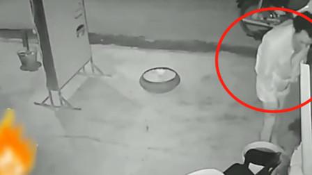 男子深夜穿睡衣出现在邻居家门口,监控拍下荒唐的画面!