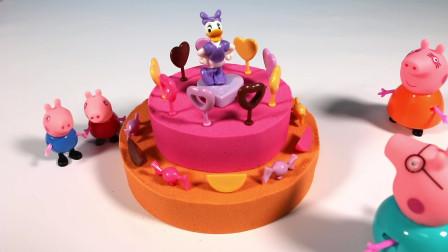 为小猪佩奇做一个生日蛋糕  玩太空沙玩具
