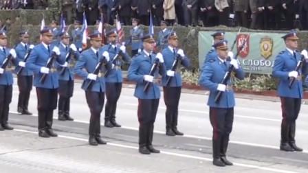 克罗地亚举行阅兵,仪仗队进行枪操表演,瞬间一片掌声!