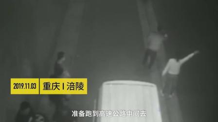 重庆一五菱宏光高速爆胎,9人下车抬不动,网友:神车累了!