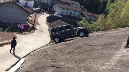 牧马人素车挑战大石壁,没有丝毫的迟钝感,太棒了!