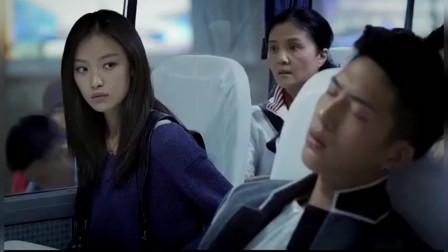 小伙坐大巴睡着还以为是飞机,竟看了一眼对面的美女:空姐长这么丑