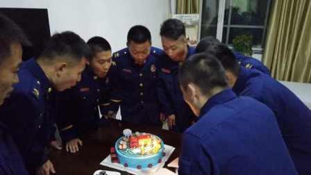 """女孩""""消防节""""给蓝朋友送蛋糕:愿每一次出警都平安"""