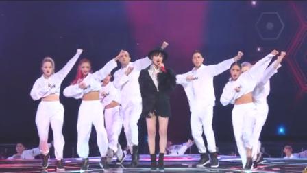 天猫双11:李宇春穿短裤霸气开唱,气场全开,简直就是时髦精
