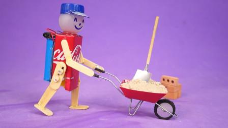 不服都不行,小哥用冰棒棍和可乐罐制作沙子推车的机器人,还能动