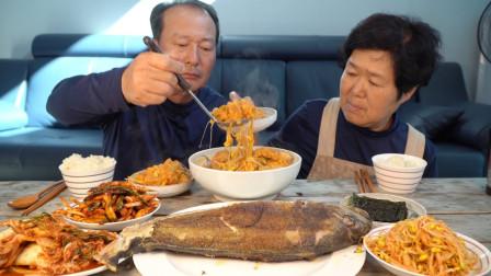 韩国农村家庭的一顿饭:豆渣猪肉泡菜汤+烤鱼+黄豆芽,吃得真馋人