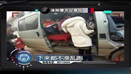 小面包车塞进36个娃,肇事司机太胆大,面对民警竟还振振有词