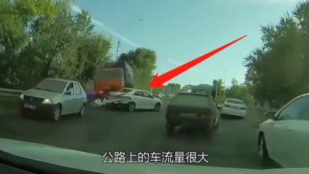 货车撞惨轿车,监控录下悲惨一幕,网友:远离大车!