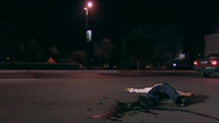 男子生意失败欠下巨额债务,一个人喝酒宿醉,醉倒在马路边